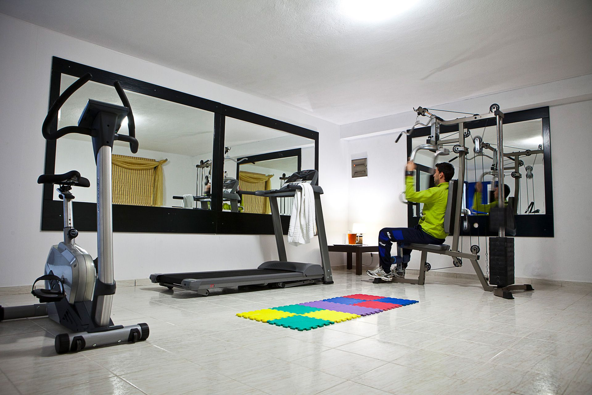 The gym area offers the ideal conditions for exercise throughout the day in a quiet and safe environment.