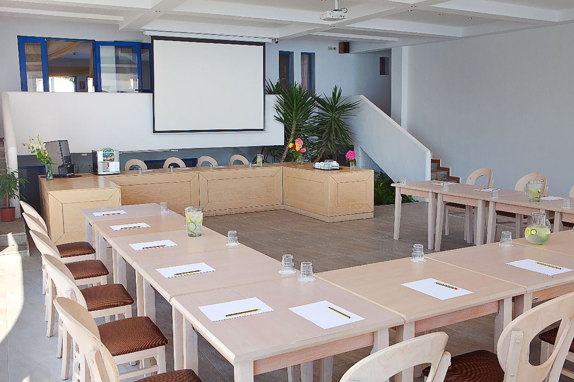 The hotel has a meeting room with appropriate audiovisual equipment for presentations and a 2,7m x 1,80m large screen.