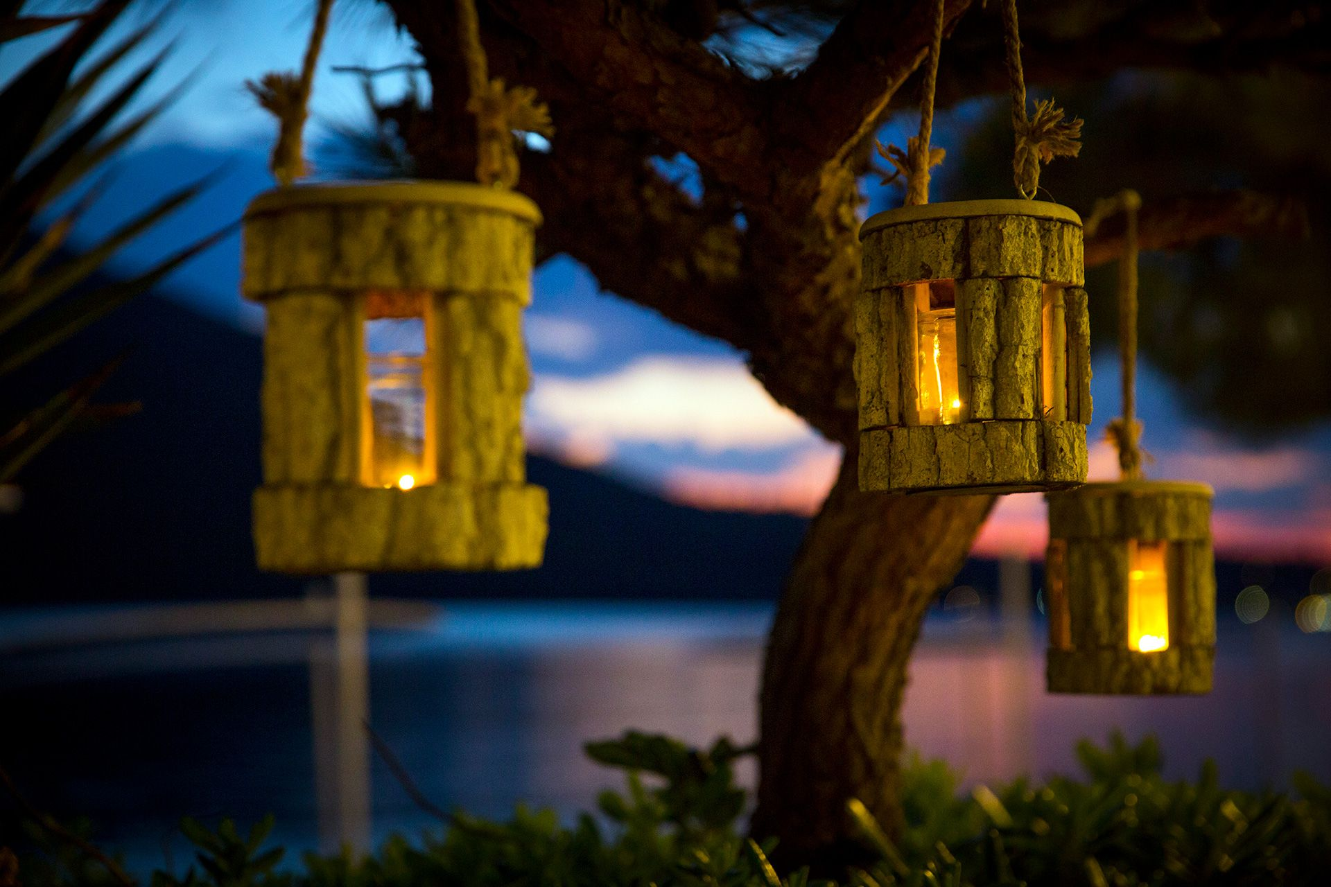 The evening atmosphere and thoughtful decoration of the area make up an enchanting landscape.